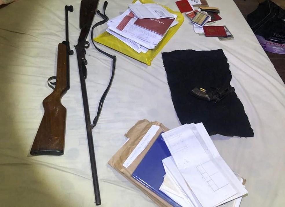 Três armas foram apreendidas na casa do presidente — Foto: Polícia Civil/Divulgação