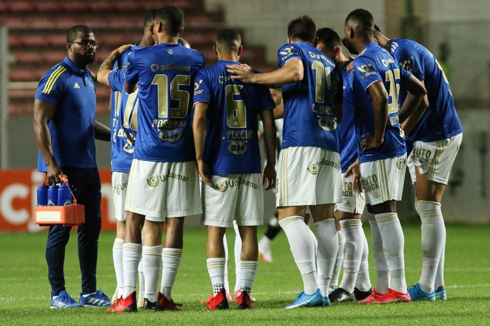 Jogadores do Cruzeiro se reúnem antes do jogo com o Botafogo — Foto: Fernando Moreno/Agif